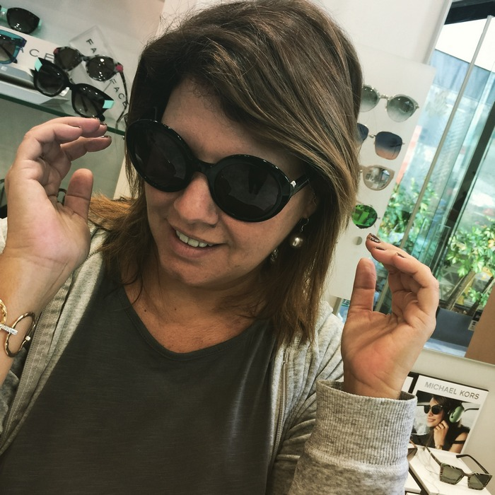 Αυτά μου αρέσουν. Νιώθω άνετα όταν προστατεύω τα μάτια μου πίσω από αυτά τα υπέροχα γυαλιά...