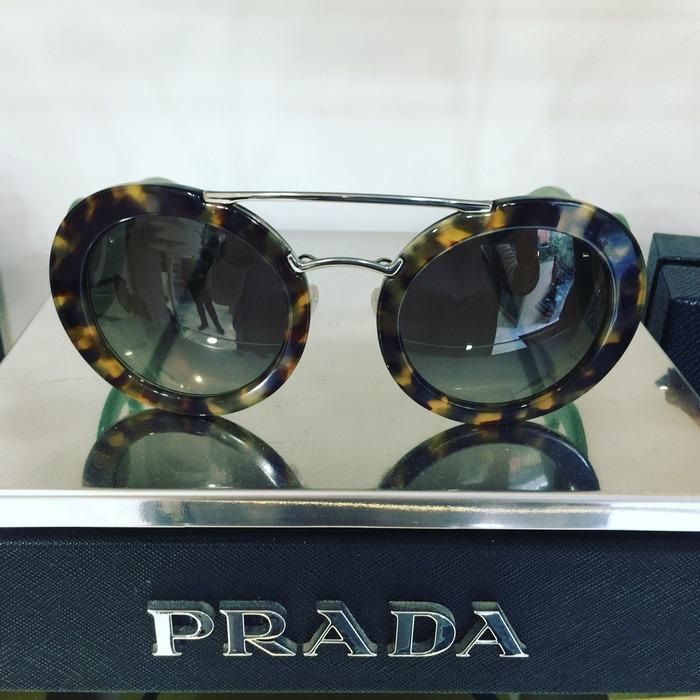 ...Μέχρι που το μάτι μου πέφτει σε αυτά τα Prada...