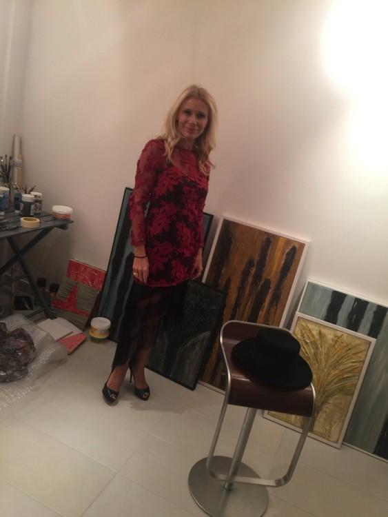 Η Στέλλα Βουλγαράκη μπροστά στα έργα της