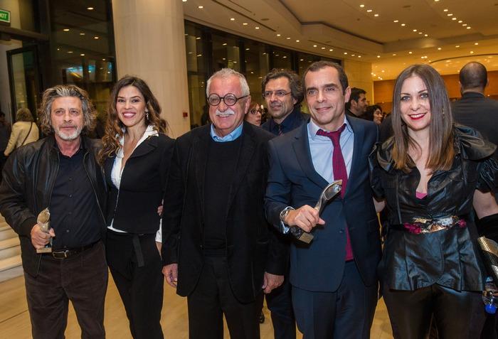 Ο Σταύρος Μπένος και η Κασσιανή Μπένου (του ΕΜΣΤ) ανάμεσα στη θεατρική συντροφιά των Τάκη Σπυριδάκη, Ναταλίας Δραγούμη και Κωνσταντίνου Μαρκουλάκη.
