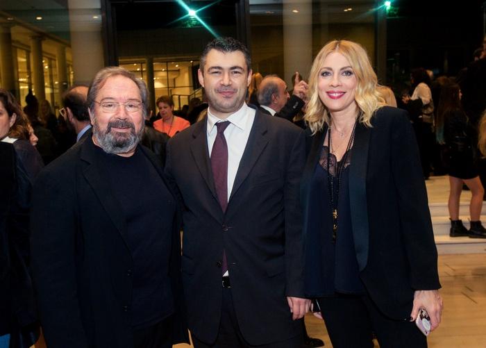 Οι πρωταγωνιστές της βραδιάς Σταμάτης Φασουλής και Σμαράγδα Καρύδη με τον εκδότη του Αθηνοράματος Δημήτρη Ηλιόπουλο.