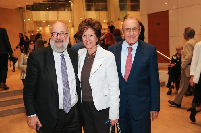 Ο πρόεδρος του Μεγάρου Μουσικής Νίκος Θεοχαράκης με τον Βασίλη και τη Μαρίνα Θεοχαράκη του ομώνυμου Ιδρύματος.