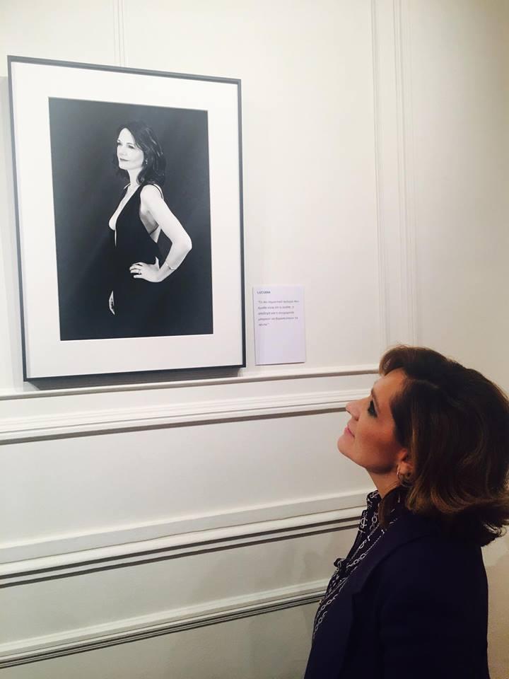 Η Τζίνα Θναοπούλου μπροστά στην φωτογραφία της Luciana Ryder-Γενναδίου