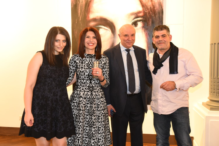 Η Ειρήνη Ευριπίδου, η Νάσια Ευριπίδου, ο Κώστας Ευριπίδης και ο ζωγράφος Σάββας Γεωργιάδης.
