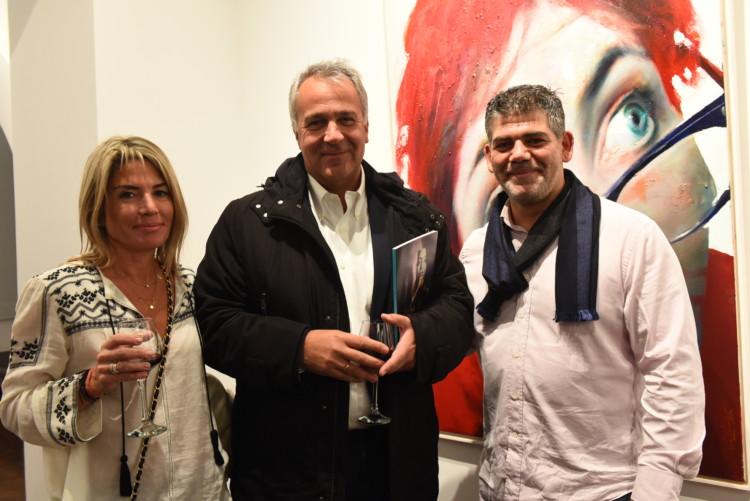 Ο Μάκης Βορίδης με την σύζυγό του Δανάη και ο ζωγράφος Σάββας Γεωργιάδης.