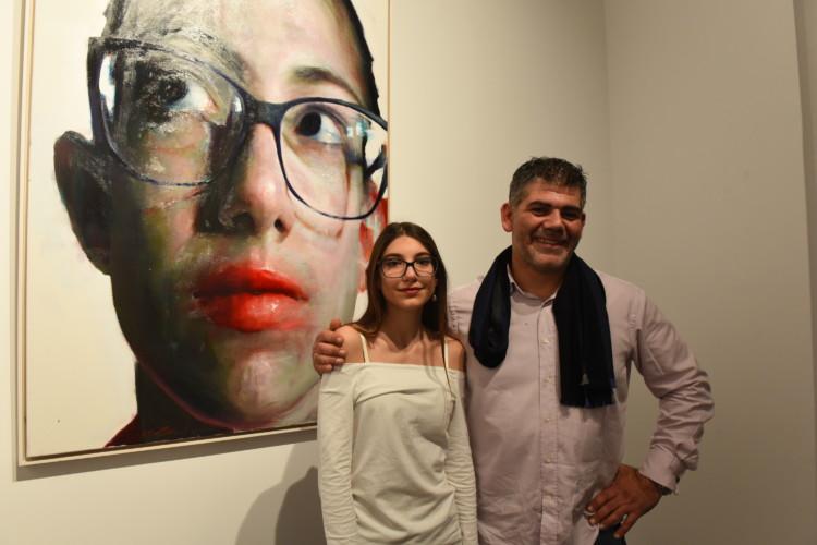 Ο ζωγράφος Σάββας Γεωργιάδης με το μοντέλο του Λουκία Μισούρα.