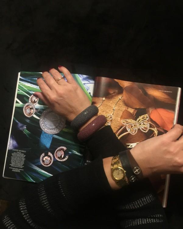 """Το bracelet """"Ο Κύκλος του Ήλιου"""" της Αριάν είναι από μαλακό δέρμα, και εγώ τα συνδύασα δύο μαζί, ένα μαύρο και ένα μπορντό στον αριστερό καρπό, με αντίστοιχα χρώματα βραχιόλια της anapnoe στο δεξί."""
