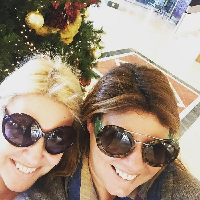 "Selfie σαν παιδιά με την Εύη Φέτση, μπροστά στο Χριστουγεννιάτικο Δέντρο... ""Πότε θα μεγαλώσουμε φιλενάδα;"", ""Μάλλον ποτέ...."""