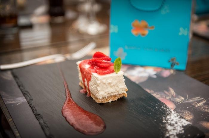 Για να ολοκληρωθεί με το επιδόρπιο, το Cheesecake με φρέσκιες φράουλες...