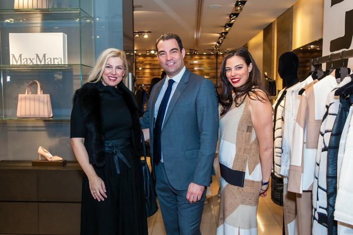 """Η Ράνια Θρασκιά, ο Αντώνης Τσαβδάρογλου και η Ανθή Τσαβδάρογλου με Max Mara """"Monopolis!"""" outfit"""