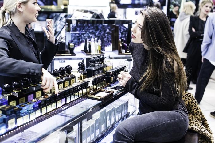 Η Florinda Petruzellis στο counter του Tom Ford