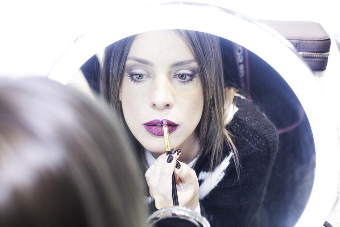 Η blogger Χρυσιάννα Ανδριοπούλου δοκιμάζοντας καλλυντικά και αρώματα Tom Ford