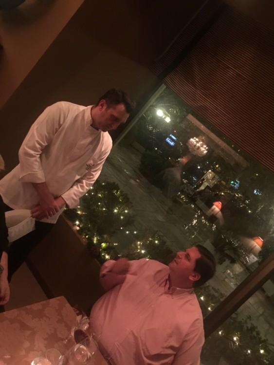 """Αυτό είναι το μέρος κάθε βραδιάς όταν βγαίνουμε παρέα με τον Πάνο Δεληγιάννη, όπου απολαμβάνω περισσότερο: Όταν έρχεται ο σεφ στο τραπέζι μας ώστε να μάθει την γνώμη του και να ακούσει με προσοχή την κριτική του. Και αυτό γιατί κάθε, μα κάθε φορά, ενώ έως εκείνη την στιγμή συνήθως όλοι συφωνούμε πως απλώς το φαγητό είναι υπέροχο, ακούγοντας τον Πάνο συνηδειτοποιούμε πόσο δύσκολο πράγμα είναι η εύστοχη κριτική. Και πόσες αποχρώσεις μπορεί να διαθέτει η απλή δήλωση """"υπέροχο δείπνο"""". Και κάθε, μα κάθε φορά έχει δίκιο. Από το πόσο λεπτό """"οφείλει"""" να είναι η πάστα του ραβιόλι όσο κατά πόσο οφείλει ένα μενού να έχει φρέσκες πατάτες τηγανιτές ως επιλογή... Σε κάθε περίπτωση, ο Γιάννης Πηλόςείναι ικανοποιημένος από όλα όσα ακούσει σήμερα τόσο από τον Πάνο όσο από εμάς..."""