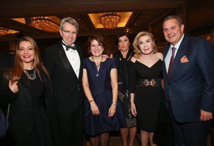 Η κ. Έλενα Καμμένου, ο Πρέσβης των ΗΠΑ κ. Geoffrey Pyatt, η κ. Mary Pyatt, η κ. Δέσποινα Αποστολάκη, η κ. Μαριάννα Β. Βαρδινογιάννη και ο κ. Πάνος Καμμένος-Υπουργός Εθνικής Άμυνας