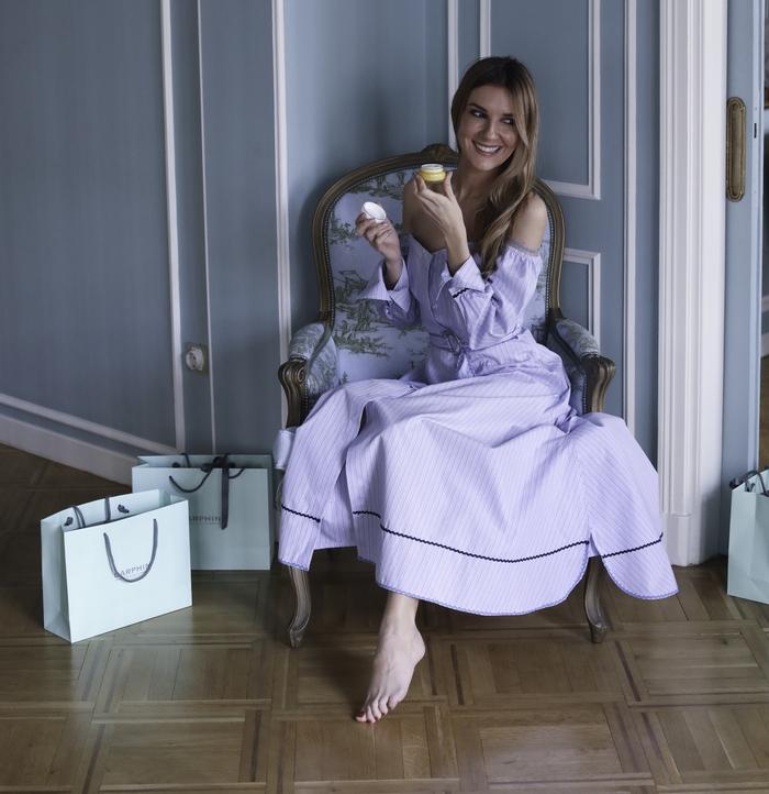 Η Ζέτα Τσακούμη χαλαρώνει στο atelier της Εύης Καρατζά δοκιμάζοντας προϊόντα Darphin.