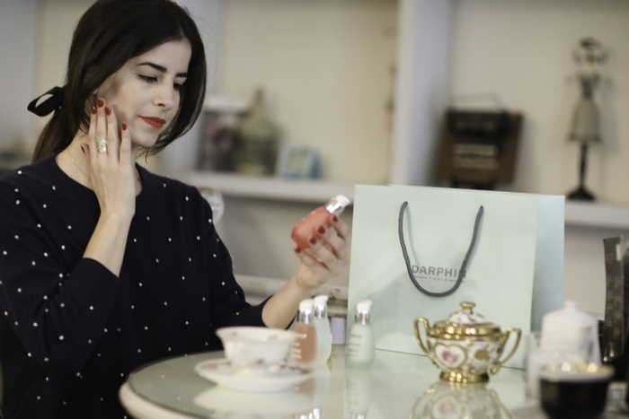 Η Δανάη Κάτσαλη πριν απολαύσει το πρωινό της καφέ δοκιμάζει το αγαπημένο της προϊόν Darphin