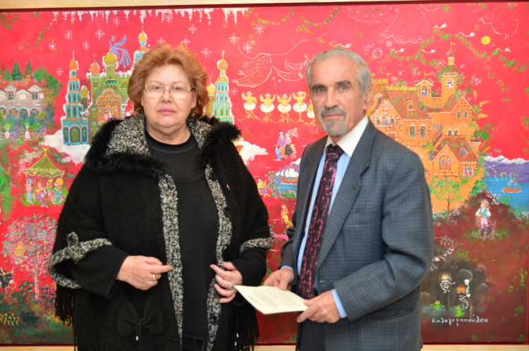Η κριτικός και ιστορικός τέχνης κα Αθηνά Σχινά μαζί με τον μετεωρολόγο κ. Νίκο Καντερέ μπροστά από το έργο «Εικόνες Mussorgsky-Ravel» της Σοφίας Καλογεροπούλου στα εγκαίνια της έκθεσής της στην Ελληνογερμανική Αγωγή