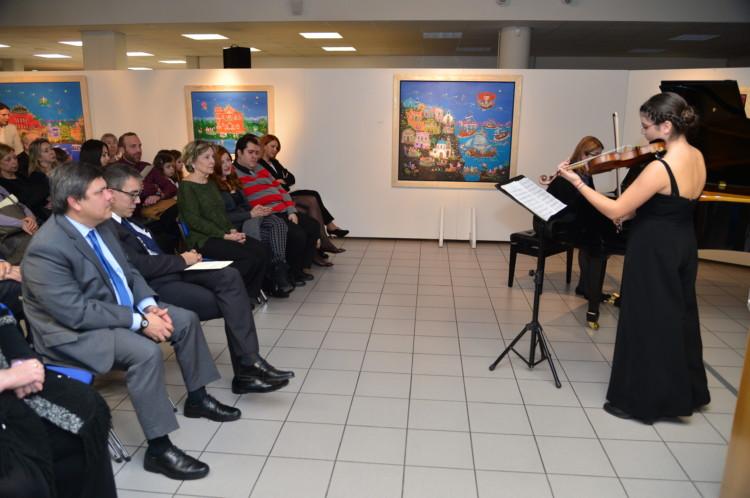 Η νεαρή βραβευμένη βιολονίστρια Ελεάννα Στράτου μαζί με την κα Θάλεια Παπαγγελή στο πιάνο, ερμήνευσε έργα Ελλήνων και ξένων συνθετών δίνοντας νότες και μελωδίες στα έργα της Σοφίας Καλογεροπούλου