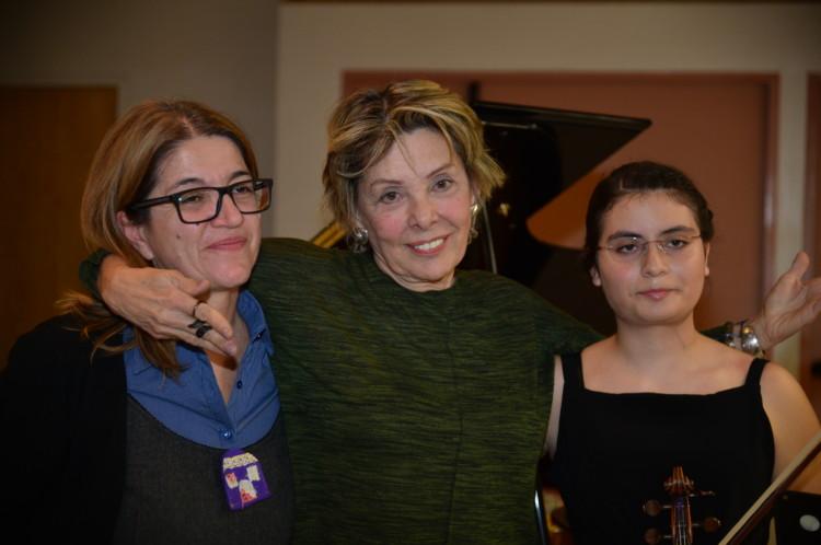 Ανάμεσα στην κα Θάλεια Παπαγγελή και στη νεαρή βραβευμένη βιολονίστρια Ελεάννα Στράτου η ζωγράφος Σοφία Καλογεροπούλου εκφράζει τη χαρά και τη συγκίνησή της για τη μουσική έκπληξη που της επιφύλαξαν κατά τη διάρκεια των εγκαινίων της έκθεσής της
