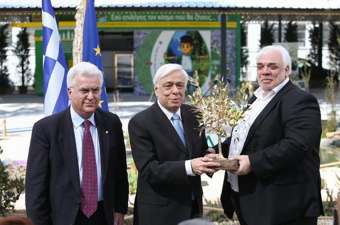 Ο Παύλος Ραβάνης, Πρόεδρος ΔΣ της Ανταποδοτικής Ανακύκλωσης με τον Νίκο Σαράντη, Δήμαρχο Αγίων Αναργύρων-Καματερού κατά την απονομή επίχρυσης ελιάς στον Πρόεδρο της Δημοκρατίας