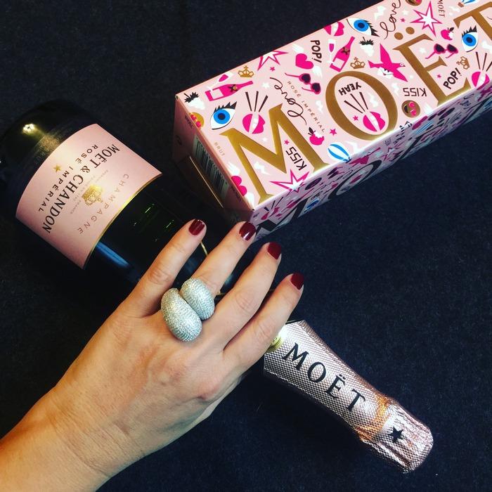 """Πείτε το """"Σ'αγαπώ"""" με ένα ποτήρι Moët Rosé Impérial, καθώς της προσφέρετε ένα δαχτυλίδι από την φετινή Συλλογή της Anapnoe..."""