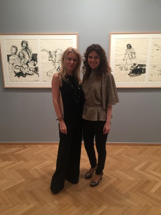 Η Θεοδώρα Μαλάμου, υπεύθυνη της Gagosian Gallery, ξεναγεί την Στέλλα Βουλγαράκη στα έργα του George Baselitz
