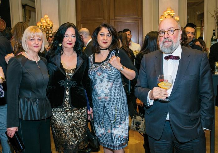 Ταξιδιωτικό-πολιτιστικό πηγαδάκι. Η διευθύντρια του «α» Έλλη Μπουμπουρή με την Ιωάννα Παπαδοπούλου, διευθύντρια επικοινωνίας και μάρκετινγκ του Διεθνούς Αερολιμένα Αθηνών, τη Freddie Stier, commercial manager της British Airways, και τον Νίκο Θεοχαράκη, πρόεδρο του Μεγάρου Μουσικής.