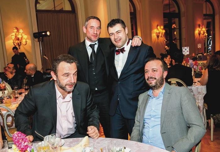 Ο Δημήτρης Μάρης, εκδότης και ιδρυτής της 24Media, με τον Δημήτρη Ηλιόπουλο (όρθιοι), τον Κωνσταντίνο Καμάρα, πρόεδρο της IAB Europe και τον Κώστα Θεοτοκά, διευθύνοντα σύμβουλο της ATCOM.