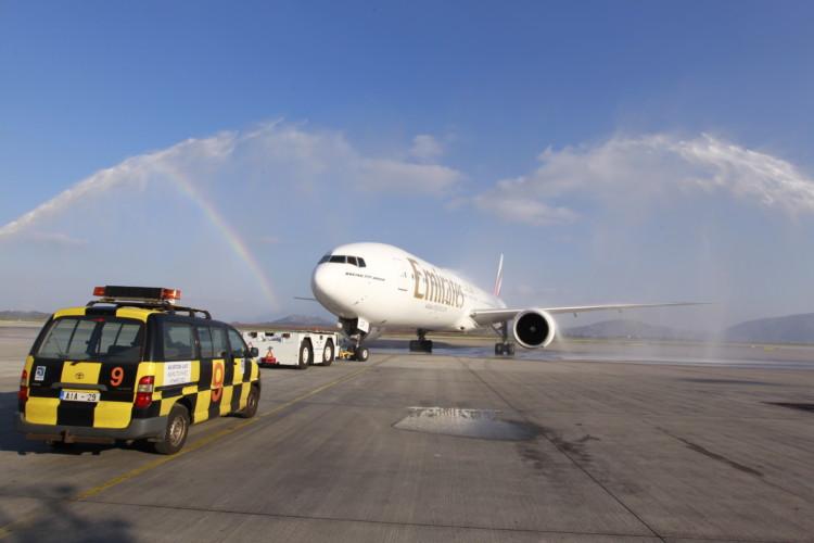 Η πτήση ΕΚ209 της Emirates απογειώνεται από τον Διεθνή Αερολιμένα Αθηνών με προορισμό τη Νέα Υόρκη, περνώντας μέσα από μια εντυπωσιακή υδάτινη αψίδα