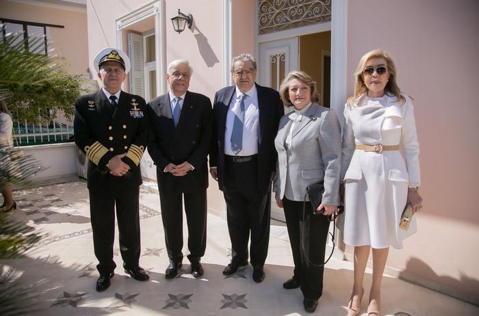 Ο Αρχηγός του ΓΕΕΘΑ Ναύαρχος Ευάγγελος Αποστολάκης, Πρόεδρος της Δημοκρατίας, ο κύριος Βαρδής Βαρδινογιάννης, η σύζυγός του Προέδρου, κυρία Σίσσυ Παυλοπούλου και η κυρία Μαριάννα Β. Βαρδινογιάννη μπροστά στην οικία Γιώργου και Ευαγγελίας Μπουρνάκη ( γονιών της κυρίας Βαρδινογιάννη).