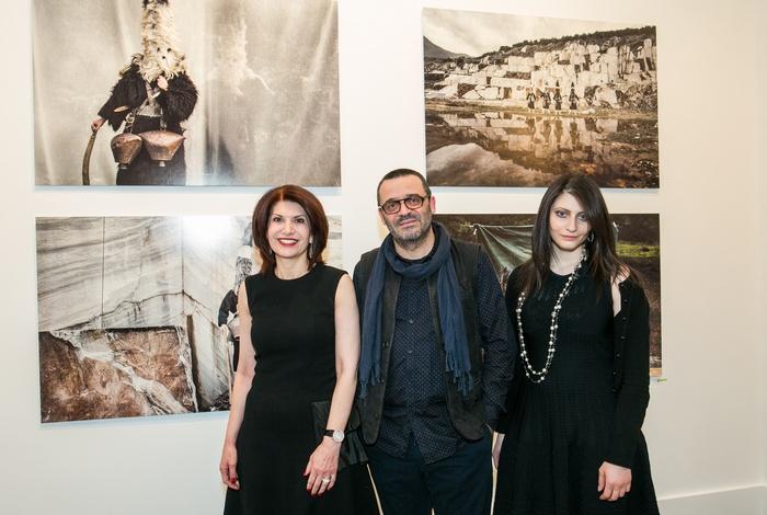 Η Νάσια Ευριπίδου με τον φωτογράφο Νίκο Βαβδινούδη και την Ειρήνη Ευριπίδου.