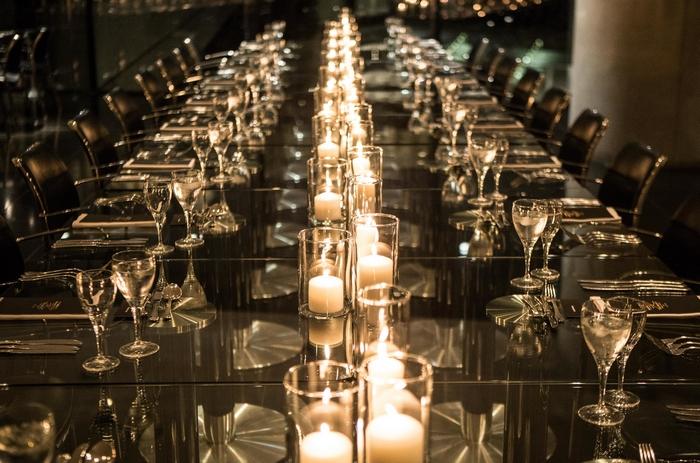 Τα κεριά στα τραπέζια σε συνδυασμό με τη φωτισμένη Ακρόπολη έκαναν τη βραδιά μαγική.