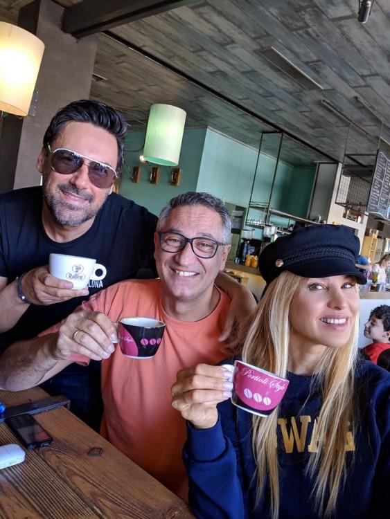daa745ecab Ο Χρήστος Νέζος με την Αννίτα Ναθαναήλ και τον Γιώργο Ντάβλα συναντήθηκαν  στο Bonjour Cafe στα Τρίκαλα. Ο καφές Portioli ταξιδεύει σε όλη την Ελλάδα  με ...