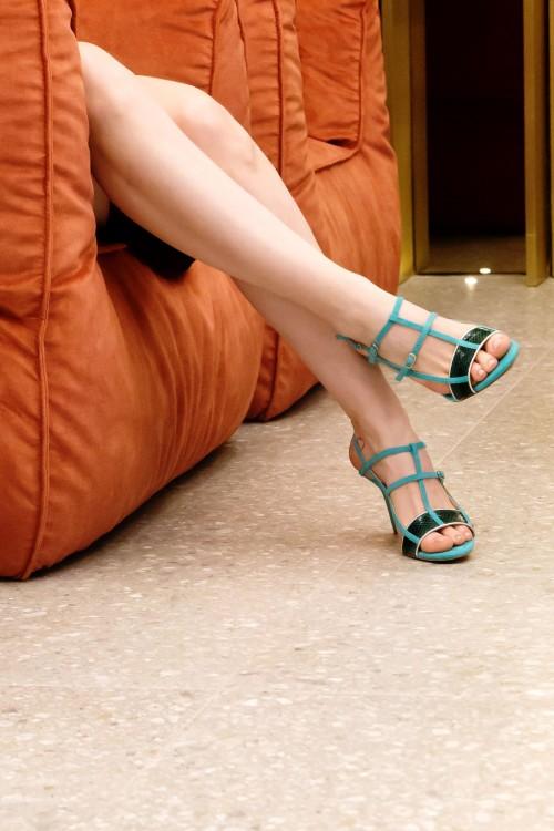 6cc62351662 Φτιαγμένο από πολυτελές δέρμα φιδιού και φίνο Ιταλικό καστόρι με μεταλλική  νάπα αποτελεί ένα σύγχρονο σχέδιο ...